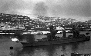 Линкор Черноморского флота «Парижская Коммуна» ведет огонь повражеским позициям. Севастополь